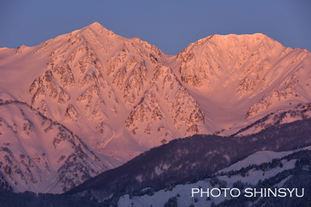 朝焼色に染まる白馬鑓ヶ岳、杓子岳
