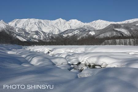 雪に埋もれた松川と白馬三山