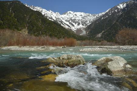 静かな流れの梓川と穂高連峰