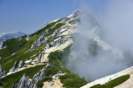 霧湧く燕岳