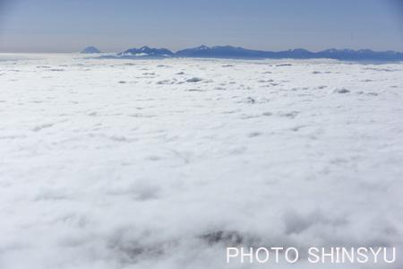 南東方向に富士・南アルプスが雲海に浮かぶ