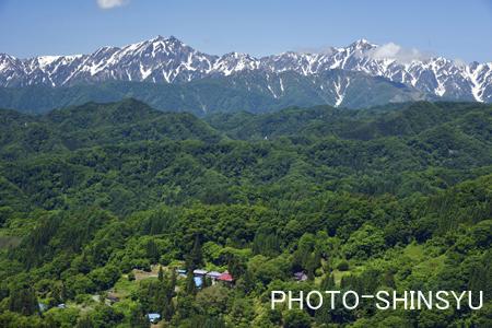 小川村の集落と鹿島槍ヶ岳・五竜岳