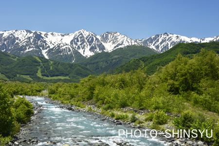 初夏の白馬三山と松川の流れ