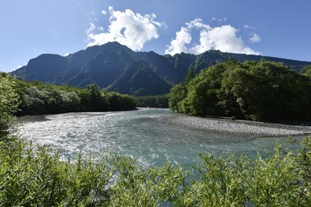 清冽な流れの梓川と霞沢岳