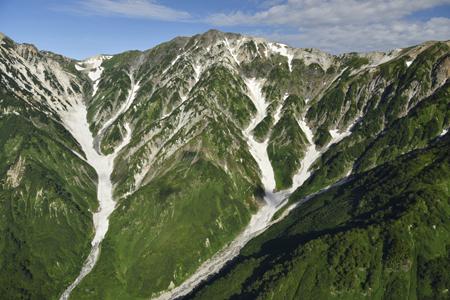 巨大な白馬大雪渓の全貌と白馬岳