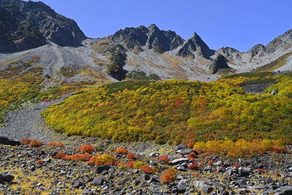 見慣れた景観、紅葉と涸沢岳