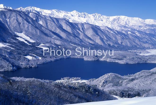冬の青木湖と白馬三山