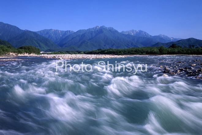 夏の高瀬川と北アルプス